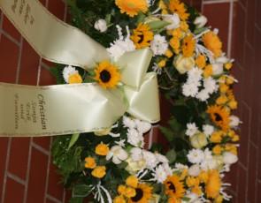 Trauerkranz mit gelben und weißen Blumen